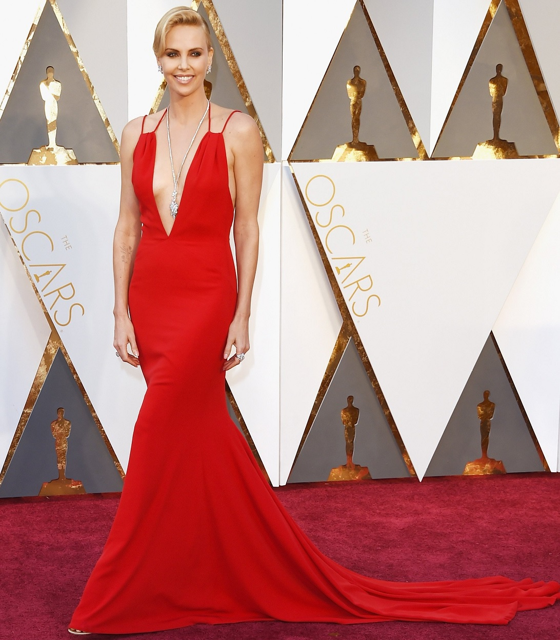 oscars-2016-best-dressed-charlize-theron-in-red-gown